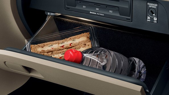 Cooled Glove Box Another advantage of the air-conditioning is that it cools the glove box, making this the perfect place to store snacks. The cooling level can be regulated.