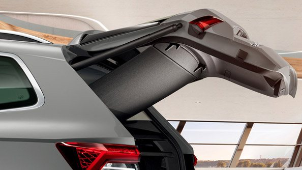 Retractable Parcel Shelf The Karoq with optional VarioFlex rear seat is also equipped with retractable parcel shelf (rollo) attachable to the tailgate. This new feature makes every operation with luggage much easier.