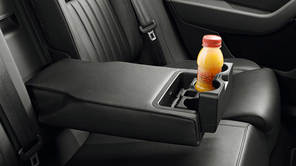 Bottle Holder The rear folding armrest not only makes travelling comfortable, but also incorporates a holder for beverages, where backseat passengers can conveniently put their drinks.